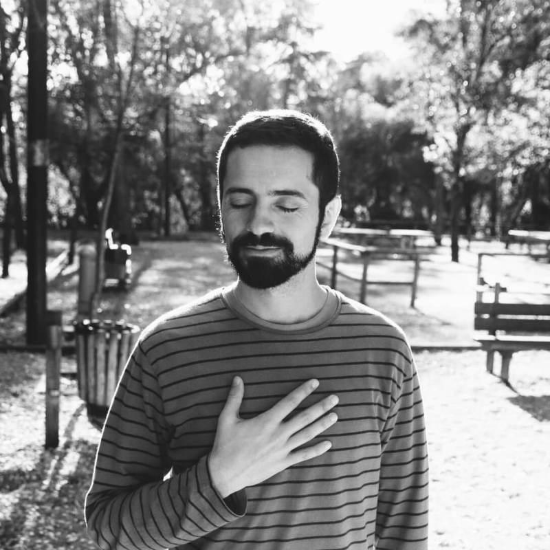 Eu com a mão no coração